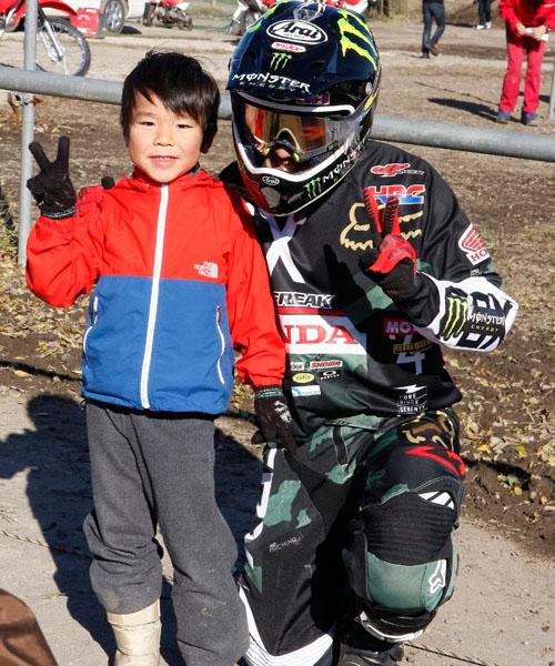 憧れの成田選手と記念写真。素敵な想い出は心の中に残るものだ