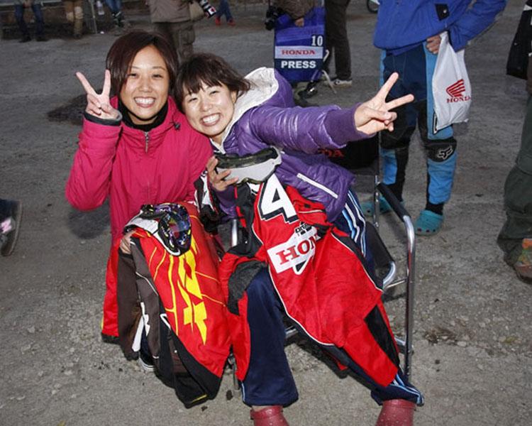 チャンピオンを獲得した成田選手と一緒に今シーズン闘ったウエアがジャンケン大会の賞品。ゲットした女子二人大喜びの図