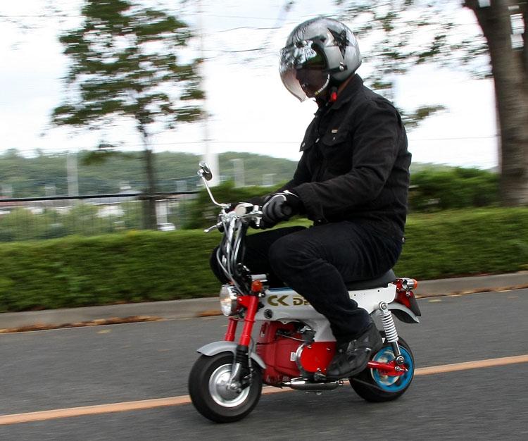 見た目以上にライディングポジションに窮屈さは感じられず、身長175センチの男性が乗っても意外とリラックス出来る