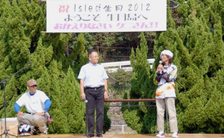 Aki姉の挨拶からイベントはスタート。頭上にはクニさんを歓迎するカンバンが。このイベントにとってクニさんにかける言葉は「お帰りなさい」なのだ