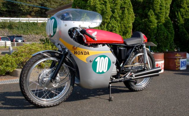 二輪レーサー時代のクニさんの愛車を再現して作られたマシン。ベースはGB250クラブマン。この日、クニさんはこれで島を走った・・・らしい