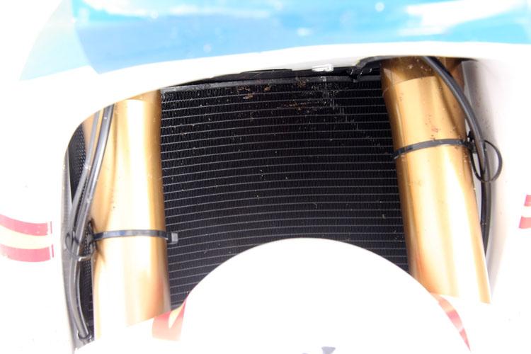 幅に対してトールサイズのスクリーンが特徴の神電のフロントビュー。エンジン付きマシンとことなり、エアインレット、アウトレットなど複雑なものではなく綺麗な表面が特徴。レース中にスクリーンにぶつかった虫の残骸が今も残る。しかしそのカウル内には制御系などの冷却のためにラジエターが存在する
