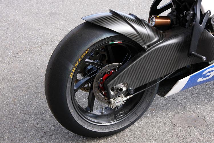 リアブレーキもニッシン製キャリパーで固められる。フロント同様マルケジーニマグネシューム鍛造ホイールを採用。リアにはダンロップKR108 195/65R17 サイズのスリックを履いていた