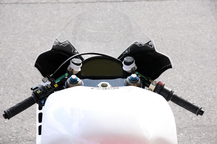 このアングルから見るとエンジン付きバイクと変わるところがない。メーターパネルはレーサーとしてはコンベンショナルなものを採用。しかし表示は電動レーサーらしくモディファイされているにちがいない