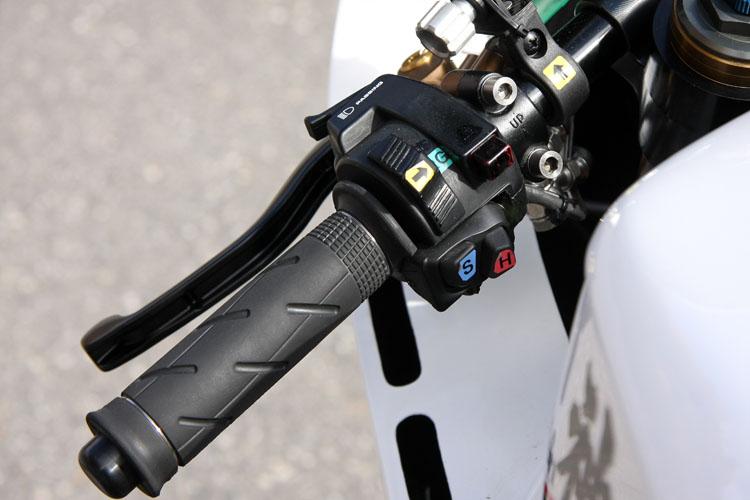 アクセレーターはバイワイヤを採用するのか、グリップの基部の糸巻きが極めて小径。リターンスプリングも軽かった。スイッチ類は市販車をベースに専用にしたもの。モード切り替えなどレーサーにしてはスイッチが多い
