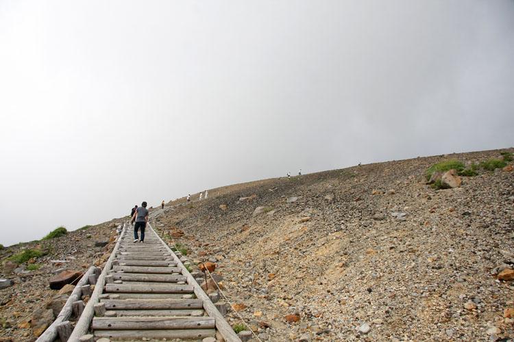 """吾妻小富士を登る。結構急なんす。なんだ坂こんな坂〜。頂上の""""お釜""""は、実際にその目でお確かめください!"""