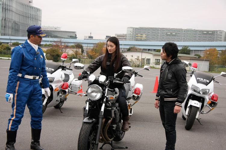 まずはライディングポジションのチェックから。白バイ競技大会で日本一となった警視庁の片岡隊員からレクチャーを受ける