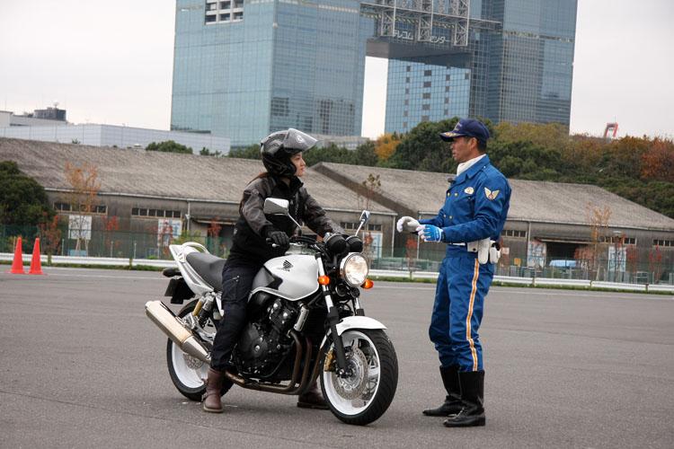 クイーンスターズの先導で完熟走行。さすがアスリート、バイクに乗るのは1年ぶりながら、すぐに勘を取り戻したようだ