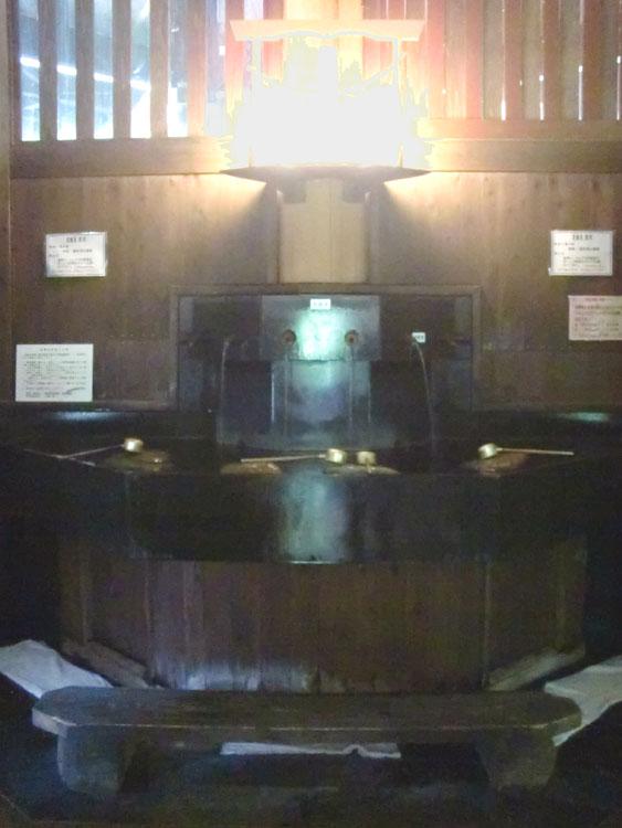 内風呂の近くにある炭酸泉を飲める飲泉所。温浴とは別の冷鉱泉が使われており、ノド越しは微炭酸飲料そのもの