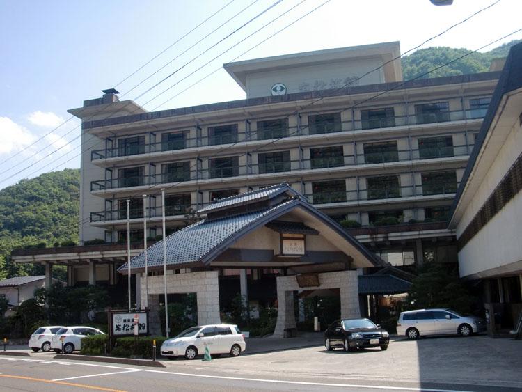 仙台の奥座敷・作並温泉を代表する温泉旅館「岩松旅館」。露天風呂もさることながら、その名に恥じない大浴場も素晴らしい