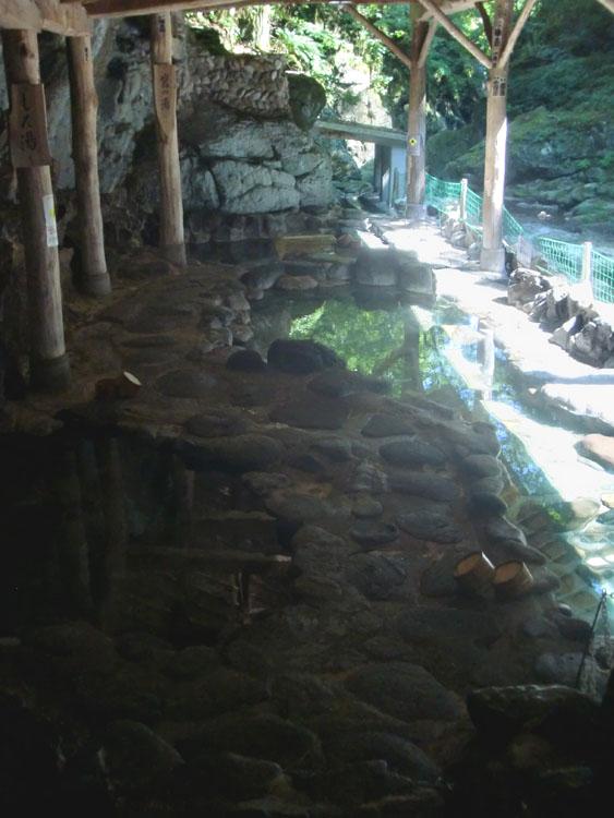 岩松旅館の名物である混浴の天然岩風呂。源泉の異なる4つの湯船から成り立っている。横には広瀬川が流れている