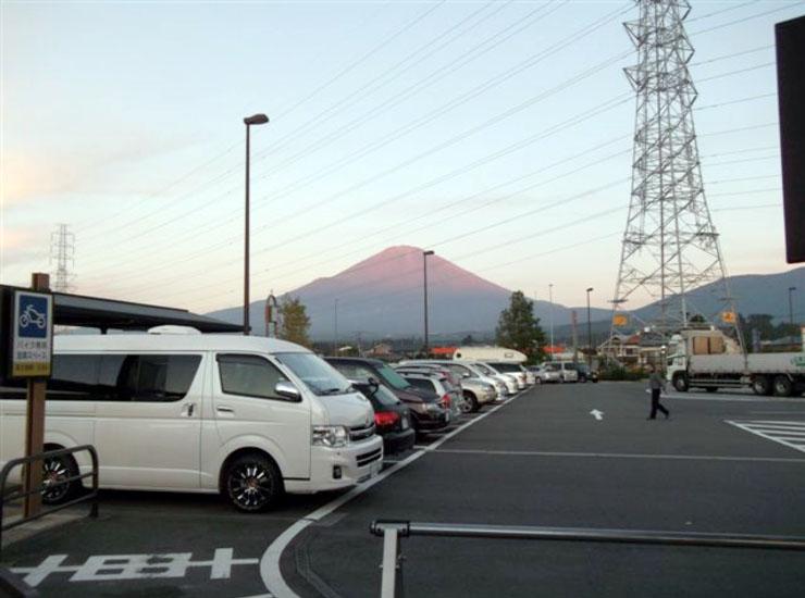 2日目の寝床は246号沿いの道の駅。晴天の中、朝日を浴びた富士山の姿を目の前に見ることができる