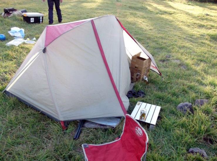 天気も良く、川沿いの自然に囲まれたキャンプ場は気持ちがいい。テントを張り、夜に備える。まぁオレ達は一杯始めちゃってましたが