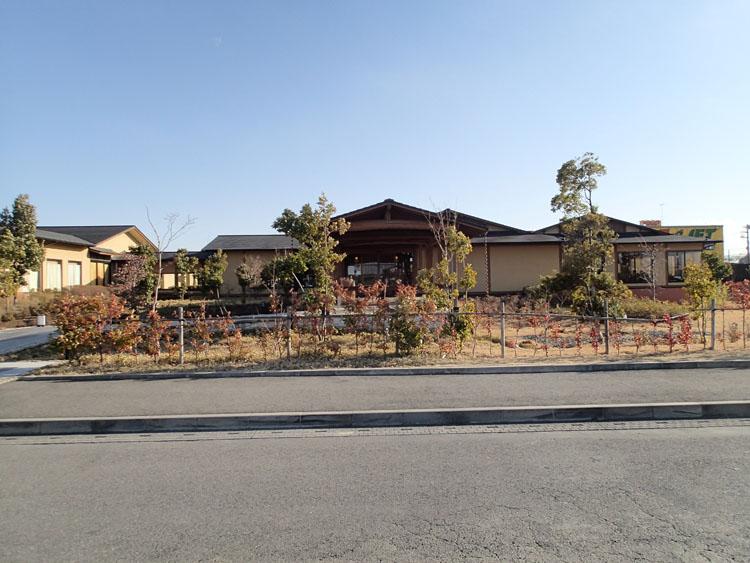 国道125号線に隣接した埼玉県羽生市にある江間忠神戸温泉「湯ったり苑」。源泉が流れる内風呂のほかに露天風呂が充実している