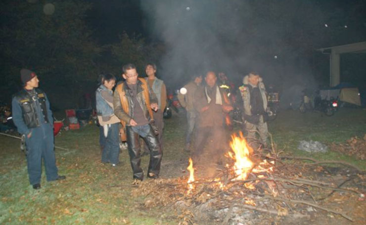 やはりキャンプに焚き火は欠かせない。ほとんどのキャンプ場で直火禁止が当たり前の現在、それだけの事をとってもこの島のキャンプ場は貴重