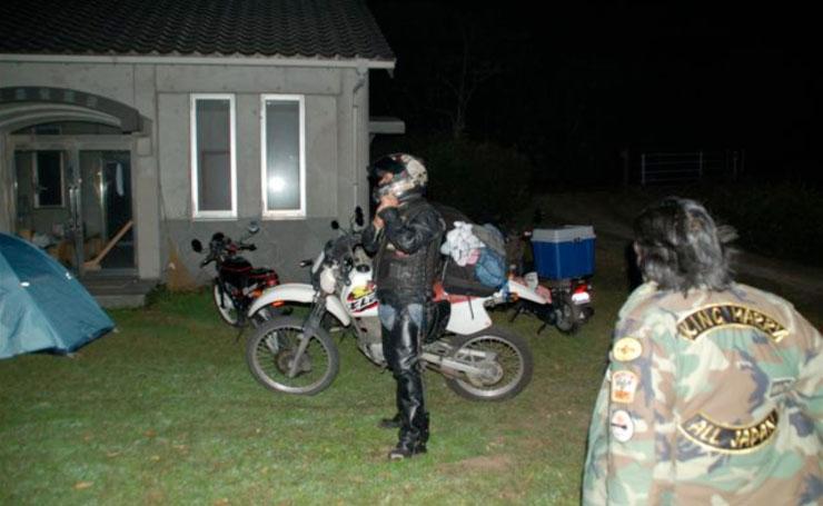 すっかり日が暮れ、宴会最中にあっても次々とバイクが島にやってくる。さぁ楽しんでいってくれ。ここがオレ達の島だ!