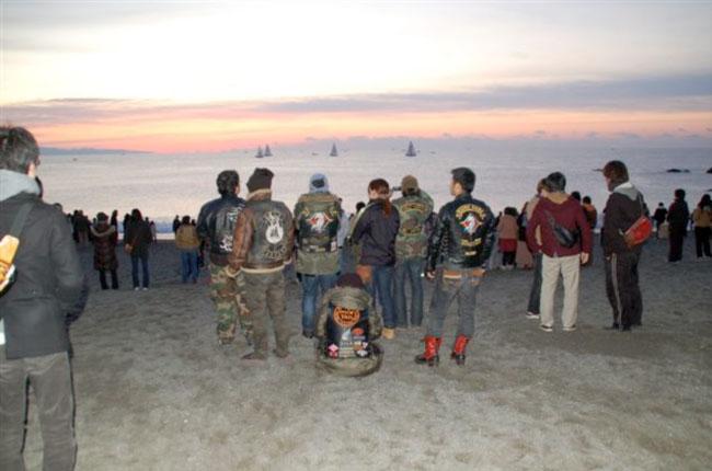 全国的にも有名な初日の出スポットの桂浜は多くの人で賑わっていた。そして水平線からはキレイな朝日が