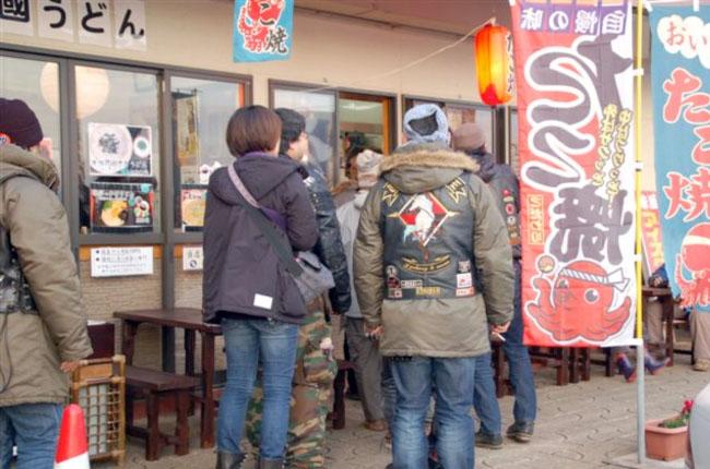 龍馬像の下で記念撮影したあとはたこ焼き買ってビール。元旦のこの店は怪しい客で行列の出来る店です