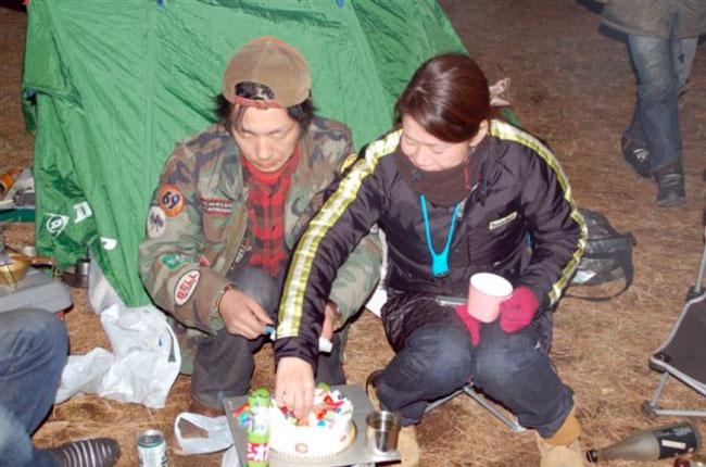 年明け早々に誕生日を迎える吉岡、あゆこ嬢のご両人のため仲間が用意したケーキでささやかながらの誕生会が開かれた