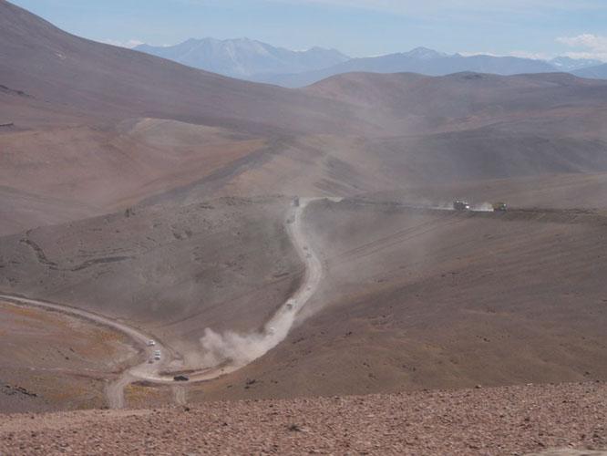 サポート隊の大移動は舗装路だけとは限らない。ダートの道では延々ホコリの中を走る事になる