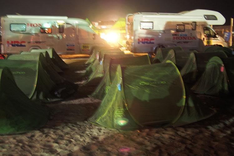 キャンプ地、ビバーグではスタッフはテント泊、ライダーはキャンピングカーでの生活を送った