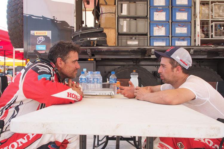 ライダー、チームのだれもからリスペクトされるジョニー。エルダー・ロドリゲスとキャンプ地の日陰で何を語らうのだろうか