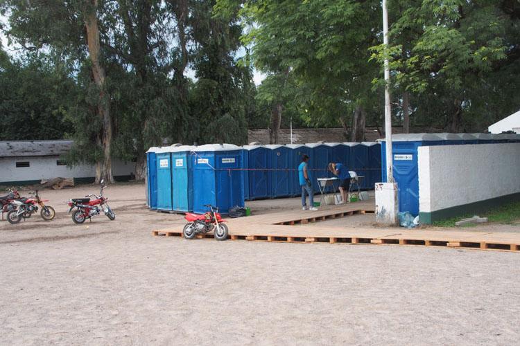 キャンプ地には簡易トイレ、簡易シャワーのボックスが並ぶ。ゴミはもちろん、分別。アフリカ時代の満天トイレではない!