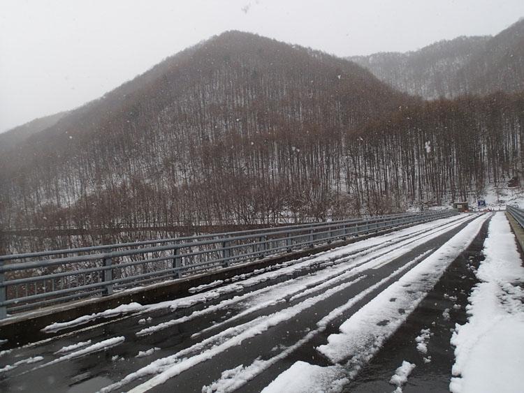国道401号線を走って片品村に着いたところで雪が本格的に降ってきた。周囲には雪が残り、雪が舞っているのが分かるだろうか