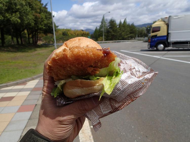 北陸自動車道神田PAで見つけた「味噌カツバーガー」。PAの場所は岐阜だが、ボリュームもあって新鮮な味わいだった。1個280円なり