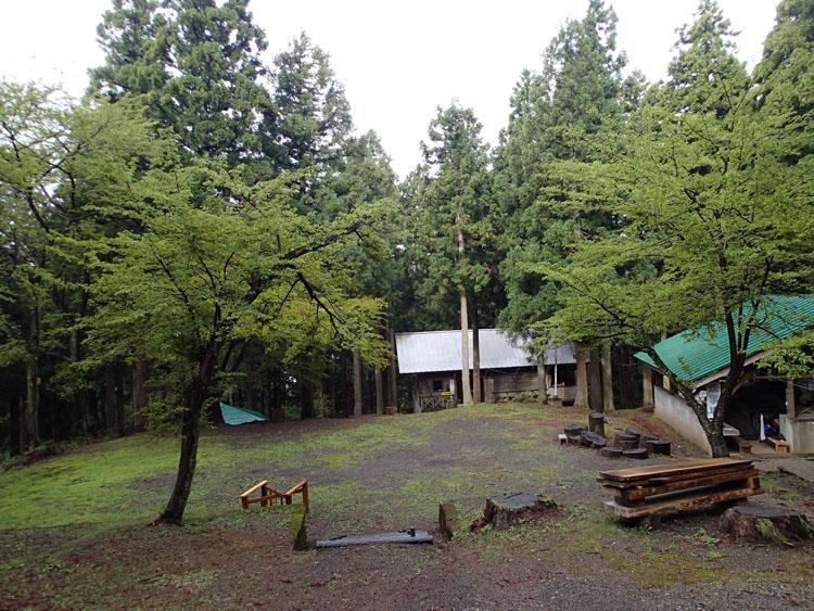 1日目の宿泊地となった尾花キャンプ場。標高約683m、県道192号線から険しい林道を5kmほど走った林間にひっそりと設けられている
