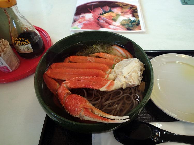 「東尋坊」の沿道にある海鮮処「磨呂」というお店で食べた「かにそば」。越前そばに大きなカニがドンと入っている。お値段1580円なり