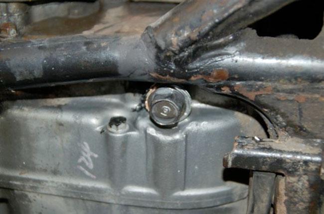 エンジン本体、オイルパン部分のドレンボルト穴横付近のクラックからオイルが滲んでいる。酷い漏れではないのでガスケットを盛って対処する