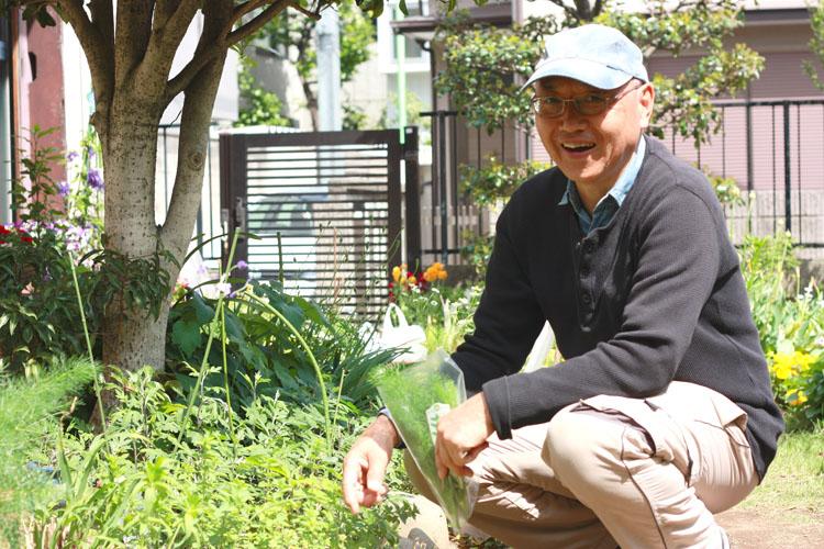 こちらがいつもお世話になっている大家の井上さん。ハーブの種類も詳しく、レモンバームとミントの葉を分けていただきました。ちなみに「今撒けば、夏には収穫できるよ」とエンドウの種もいただき、今、私のベランダで育てています。楽しみ〜♩