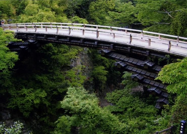 日本三大奇橋のひとつ、猿橋。ホントに変わったデザインだよね。何の為に屋根ついてんだ!?