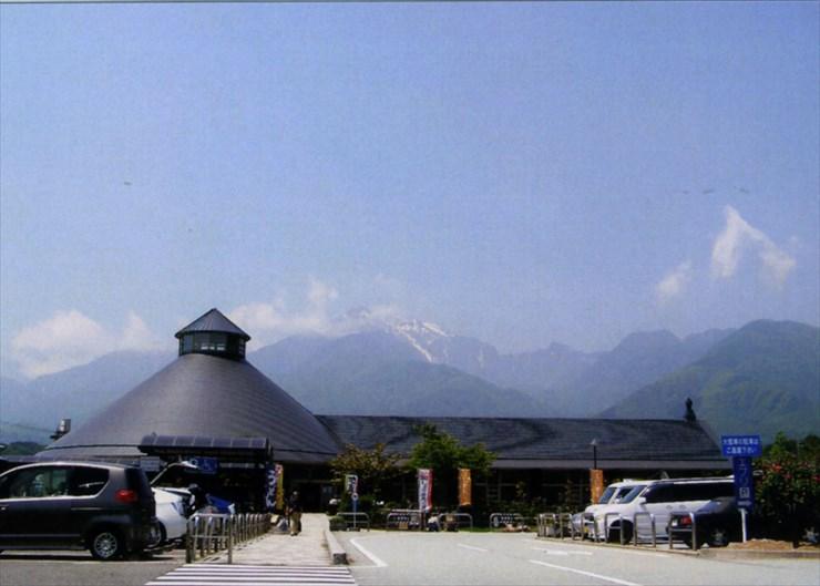 甲斐駒ヶ岳が見下ろす、道の駅はくしゅう。地元の名産品がたくさん並んでいたよ。おいしい水も汲めるんだよ