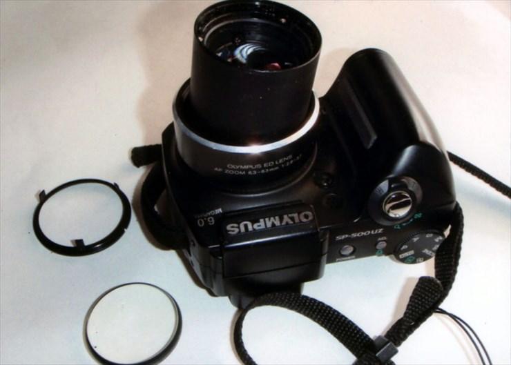 レンズがひん曲がってしまいお亡くなりになった愛用のカメラ。長年使っていたし、いい製品だったのになぁ〜、ザンネン!!