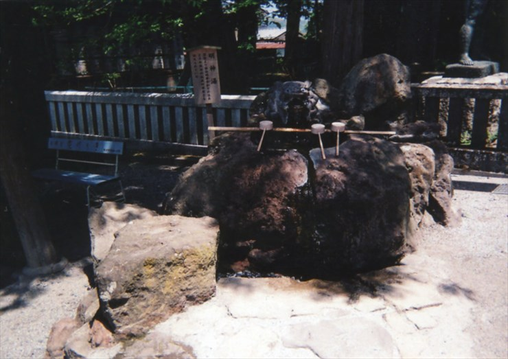 手水舎の横にはなんと温泉が湧いているのだ。冬にお参りする時はサイコーだな、こりゃ!!