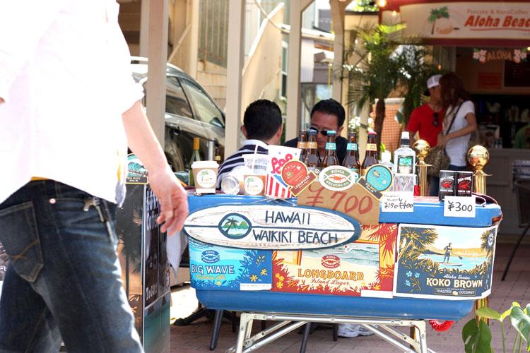 江ノ島では海鮮丼屋さんやカフェがいっぱい。お店の看板が可愛らしくて、思わずパシャリ。ビールを飲みたい気分だったけれど、サイダーを飲んでガマン、ガマン(笑)