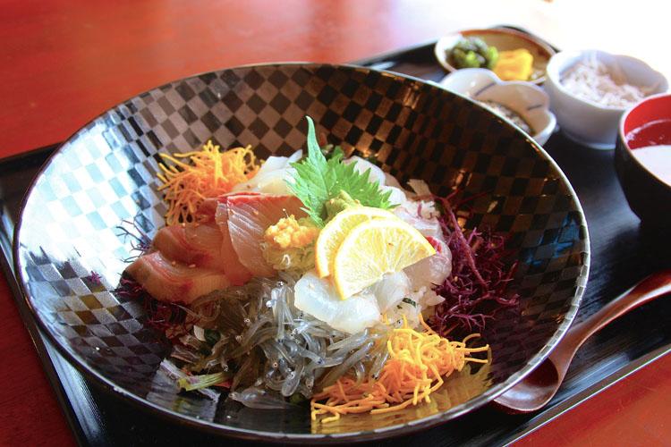 こちらが、池田丸の海鮮丼で1,850円。新鮮な生しらすがホントに美味しい〜。他はスズキやヒラメ、クロダイが乗っていて、プリプリとした弾力ある歯ごたえがたまらない!
