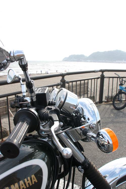 海沿いにSRを停めてちょっぴり休憩。みんな裸みたいな格好に対して、私の足下はブーツ。砂浜に似つかわしくないなー、と思いつつも、その非対称さに、自分はバイク乗りだというのを強く実感していました