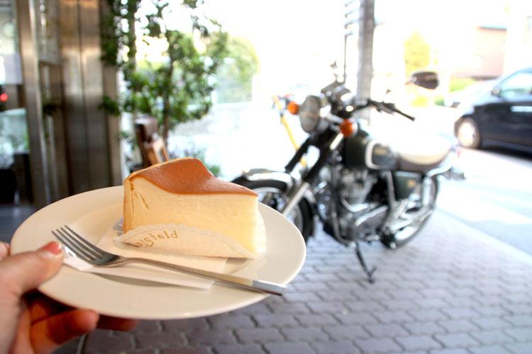 帰りにカフェに立ち寄ったら、パン屋さんも併設しているという『ベルグフェルド』こちらでチーズケーキを注文したのですが、ハッキリ言って、私が今まで食べたチーズケーキのなかで一番美味しい! 外の生地がサクッとしていて、中はしっとりでいて上品な甘さ。それがブラック珈琲との相性が抜群で、幸福な時間を過ごすことができました。代表の山田さんも気さくな方で、ステキな笑顔が印象的。ぜひぜひ行ってみて下さいネ