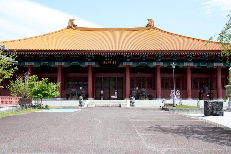 両神荘前は、異次元のような光景です。建物の目の前にはこのように埼玉県山西省友好記念館「 神怡舘(しんいんかん)が建てられているのです。この日は休館日でしたが中に入ることもできるみたいです。それと、道路を挟んで現れたのが古代復元住居。こちらは自由に中に入れることができます