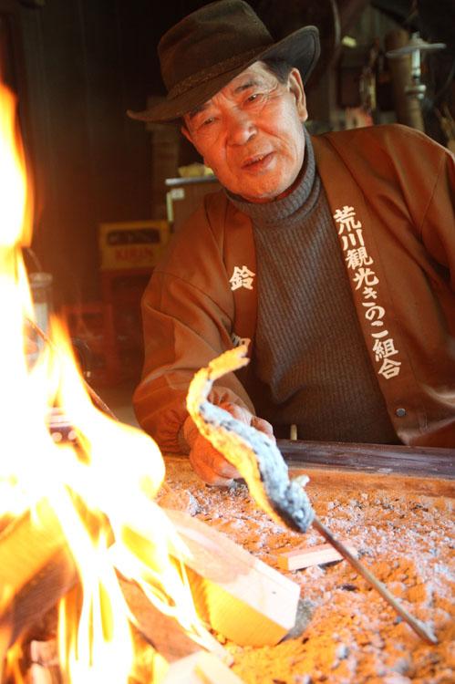 代表の鈴木さんが囲炉裏でいわな(735円)、あゆ(630円)、やまめ(735円)を焼いてくれてました。ちなみに山桜の木を使って火を焚いており、薫製まではいかずともその煙が魚にまとわりつきます。ちなみに鈴木さん、昔はカミナリ族だったのだそう!
