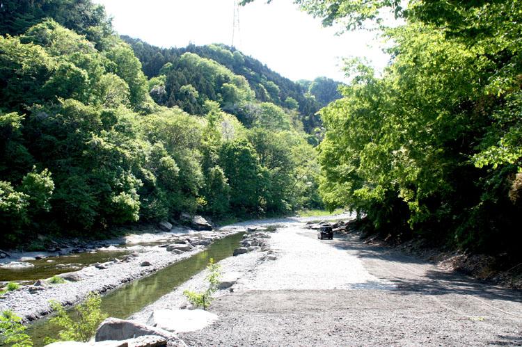 鈴加園さんを下に下っていくと、キャンプ場があります。目の前に川があって、広々と開放的な景色が気持ちいいです
