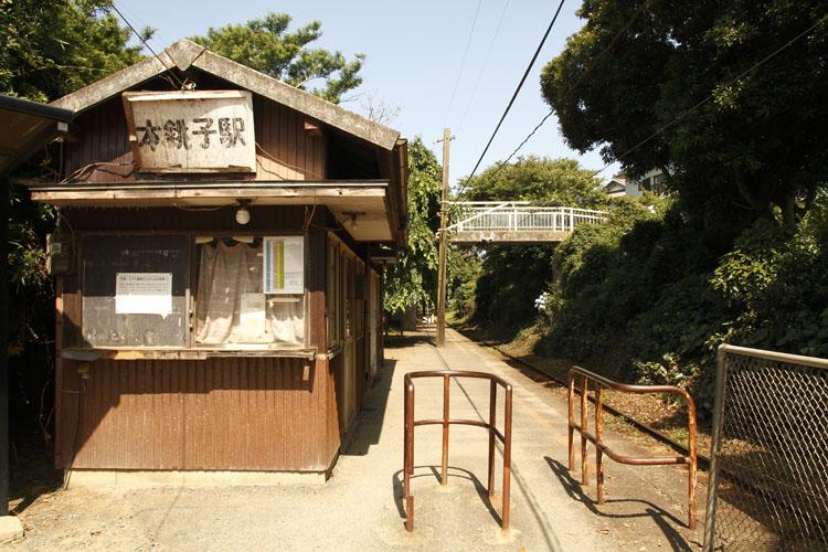 まるでジャングルクルーズ?のような感じの銚子電鉄。緑のトンネルの中を元気よく走っていきます。駅も昭和を感じさせるレトロな感じがたまりません。タイムスリップしたような感じ♩