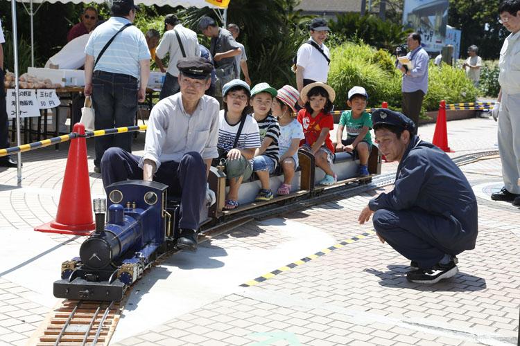 今回のイベントのために、小さな機関車も走らせていました。子供だけじゃなくて大人も乗れるんですよ〜
