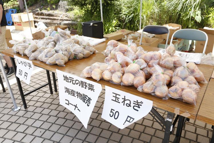 地元の野菜も駅で販売していました。驚きの安さに購入しようかと思いましたが、一日駅長として動いていたので、今回は断念(涙)