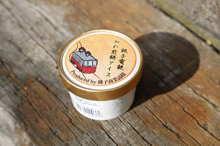 """これは食べてびっくり!""""ぬれ煎餅アイス""""今までに様々なアイスをいただいてきましたが、5本の指に入るくらい驚きの味でした(笑)。ちなみに、過去に衝撃を受けたアイスは、さんしょうを振りかけて食べる""""うなぎアイス""""です"""