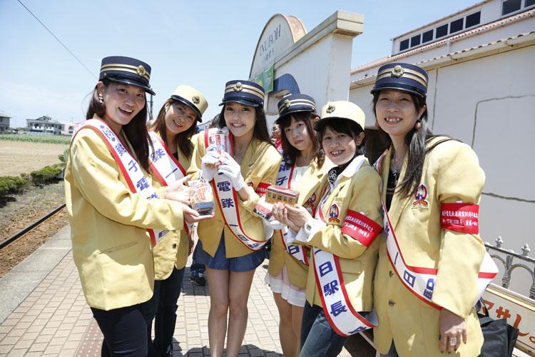 銚子電鉄一日駅長に就任した6人。左から杉沼えりかえきちょー、河野有希えきちょー、福山理子えきちょー、斉藤のんえきちょー、内田規子えきちょー、斎藤ハルコえきちょー