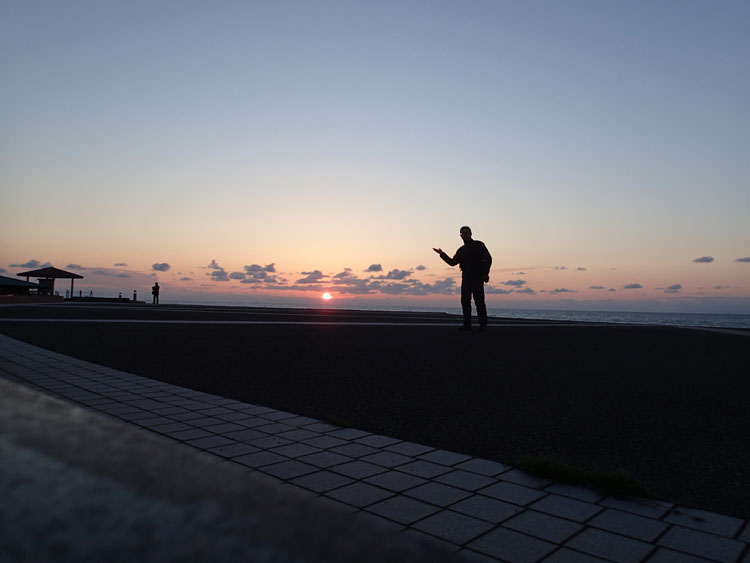 石川県小松市の「ふれあい健康広場」から見た日本海に沈む夕陽。夕陽を手の上に載せたように撮ろうと思ったが、全然撮れなかった…